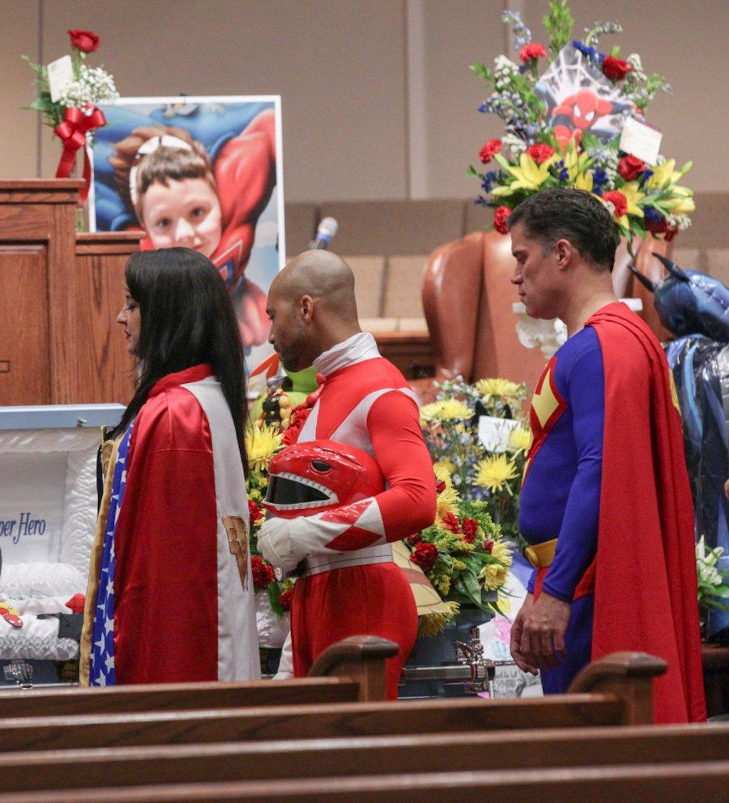 Super-heróis se despedem de garoto alvejado em tiroteio nos EUA 04
