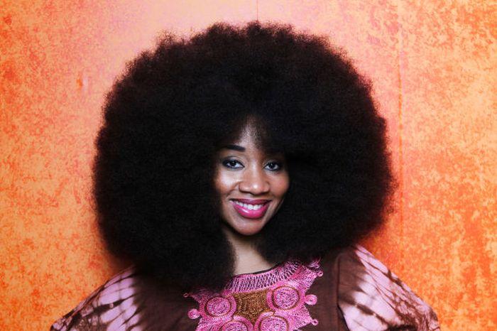 Conheça Aevin Dugas, a orgulhosa dona do maior penteado afro do mundo 09