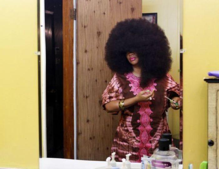 Conheça Aevin Dugas, a orgulhosa dona do maior penteado afro do mundo 12