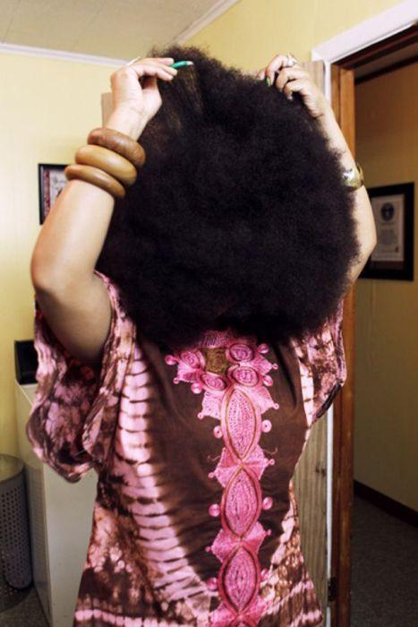 Conheça Aevin Dugas, a orgulhosa dona do maior penteado afro do mundo 13