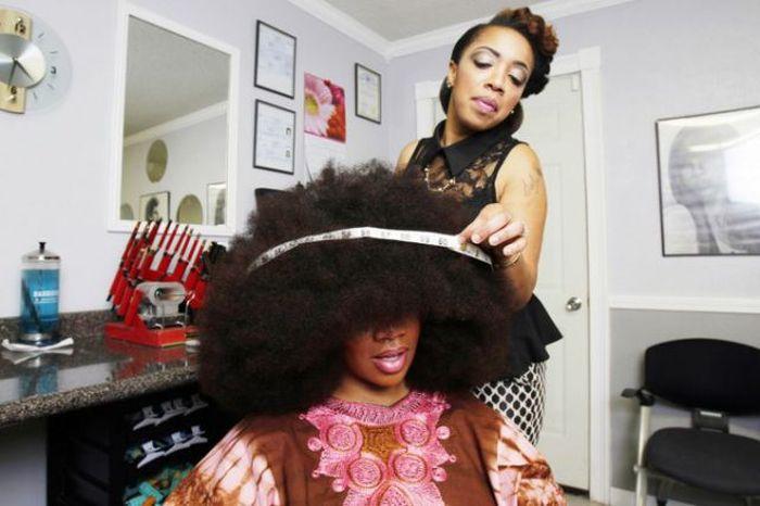 Conheça Aevin Dugas, a orgulhosa dona do maior penteado afro do mundo 17