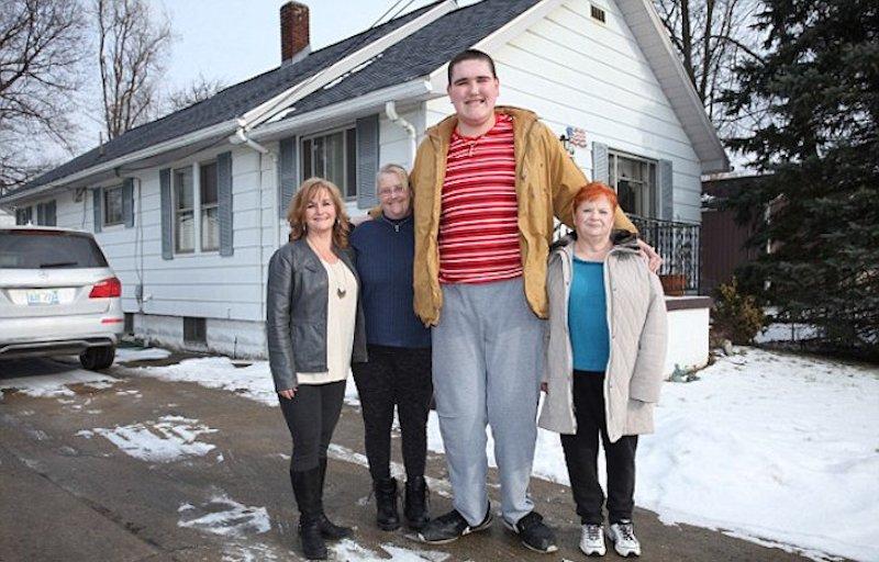 O jovem mais alto do mundo mede 2,37 metros, e segue crescendo 15 centímetros ao ano