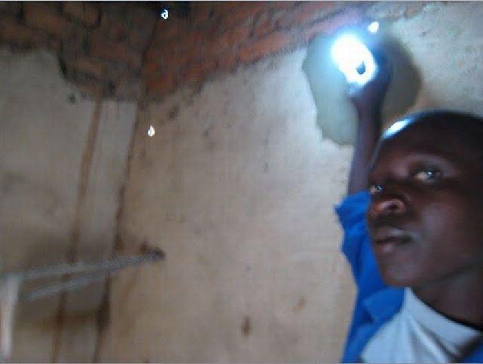 O rapaz que cria correntes de eletricidade e esperança 03