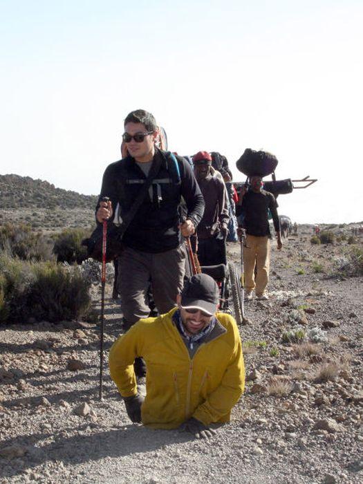 A história em fotos de Spencer West, o homem que venceu o Kilimanjaro com as mãos 23