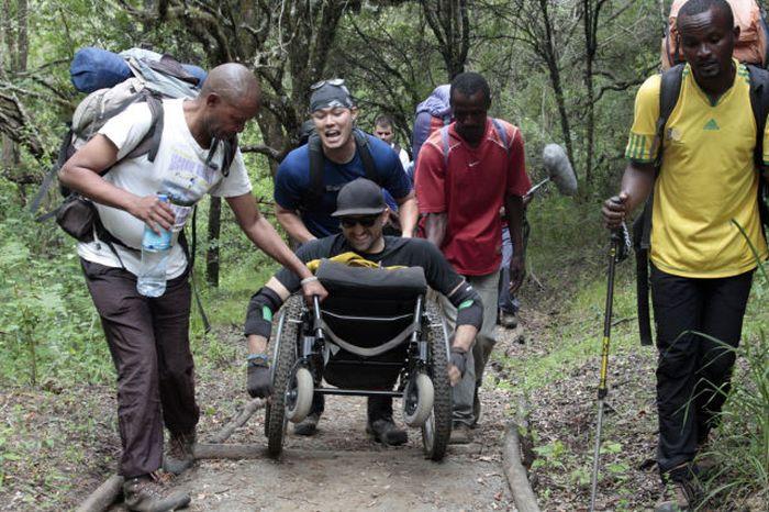 A história em fotos de Spencer West, o homem que venceu o Kilimanjaro com as mãos 24