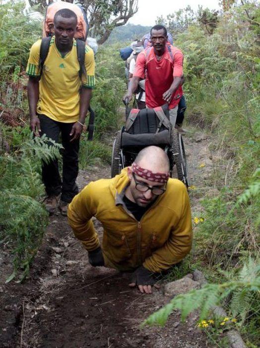 A história em fotos de Spencer West, o homem que venceu o Kilimanjaro com as mãos 25
