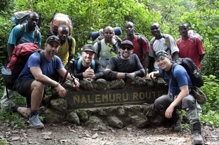 A história em fotos de Spencer West, o homem que venceu o Kilimanjaro com as mãos 31
