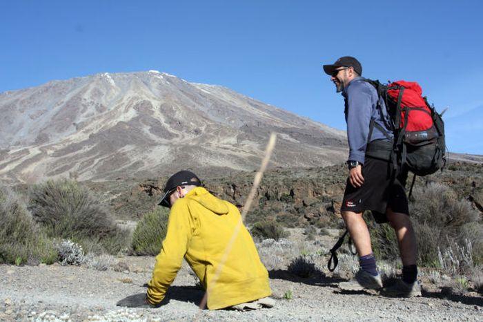 A história em fotos de Spencer West, o homem que venceu o Kilimanjaro com as mãos 35