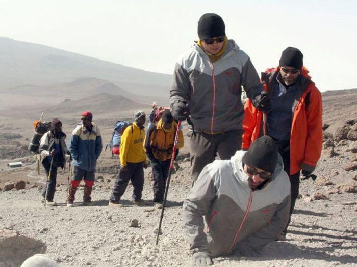 A história em fotos de Spencer West, o homem que venceu o Kilimanjaro com as mãos 36