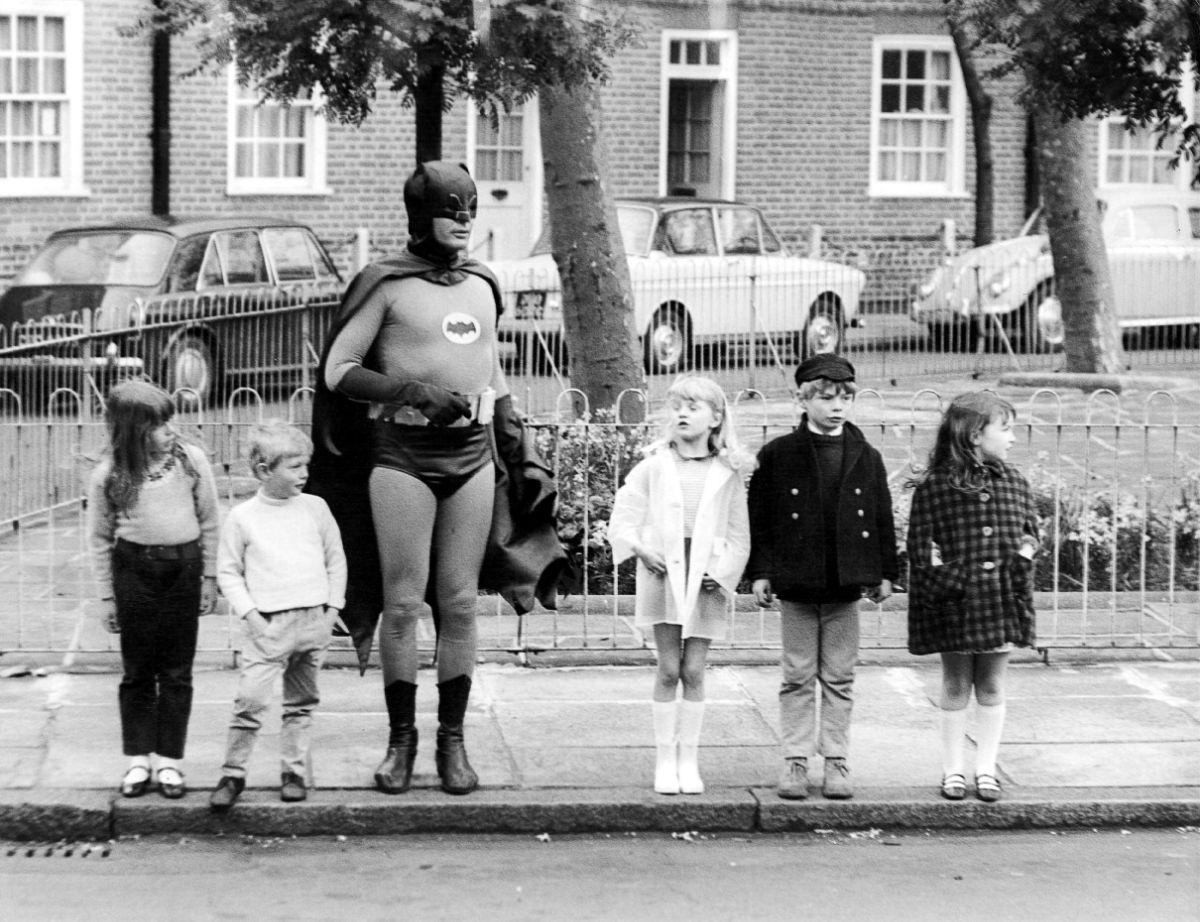 Quando Batman, além de lutar contra os vilões de Gotham, ajudava crianças adoráveis a atravessar a rua! 01