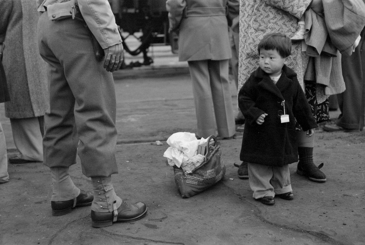 Cenas comoventes de nipo-americanos sendo levados para campos de concentração em 1942 01