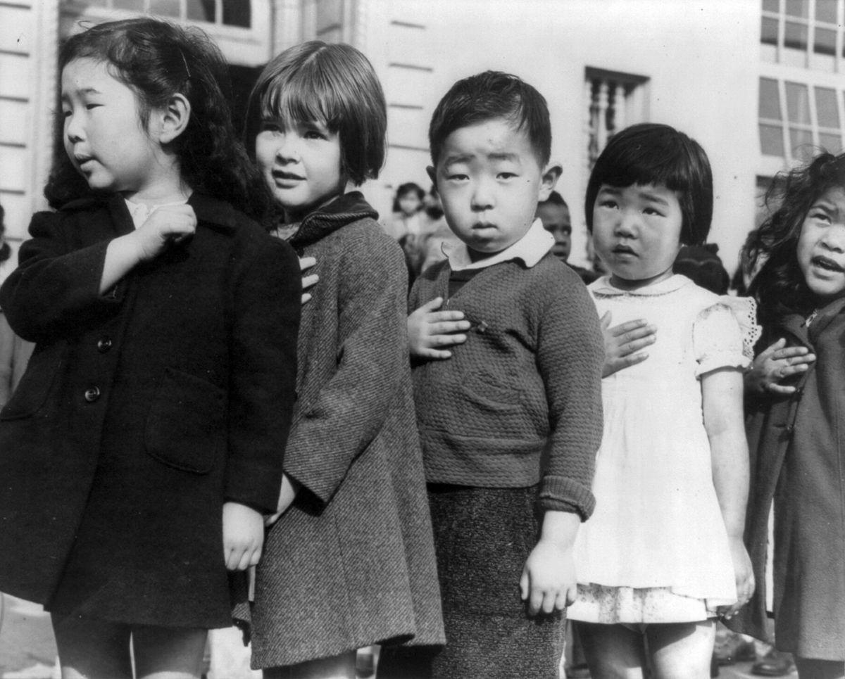 Cenas comoventes de nipo-americanos sendo levados para campos de concentração em 1942 04