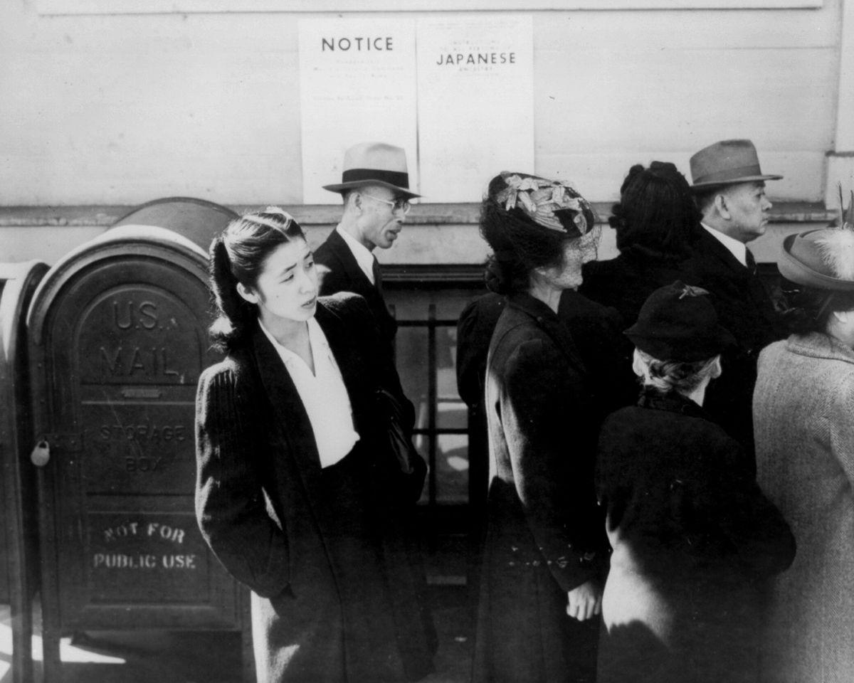 Cenas comoventes de nipo-americanos sendo levados para campos de concentração em 1942 06
