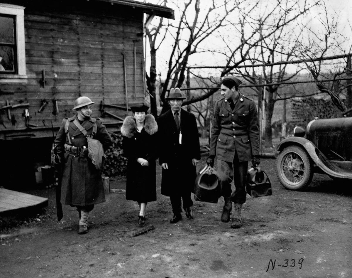 Cenas comoventes de nipo-americanos sendo levados para campos de concentração em 1942 08