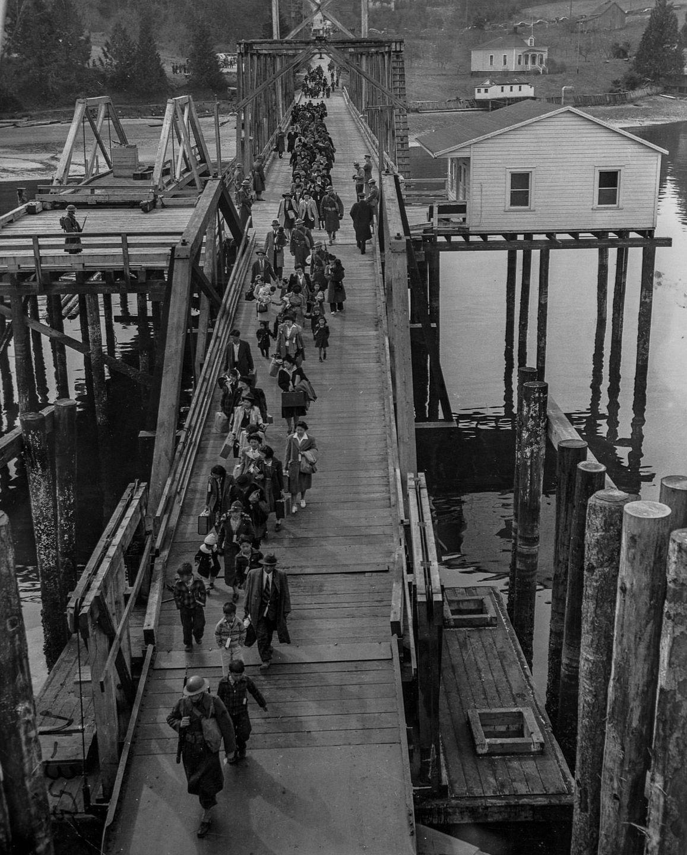 Cenas comoventes de nipo-americanos sendo levados para campos de concentração em 1942 09