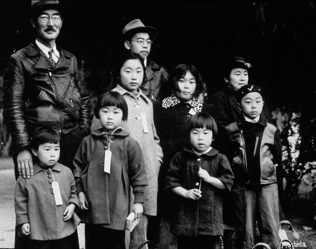 Cenas comoventes de nipo-americanos sendo levados para campos de concentração em 1942 12