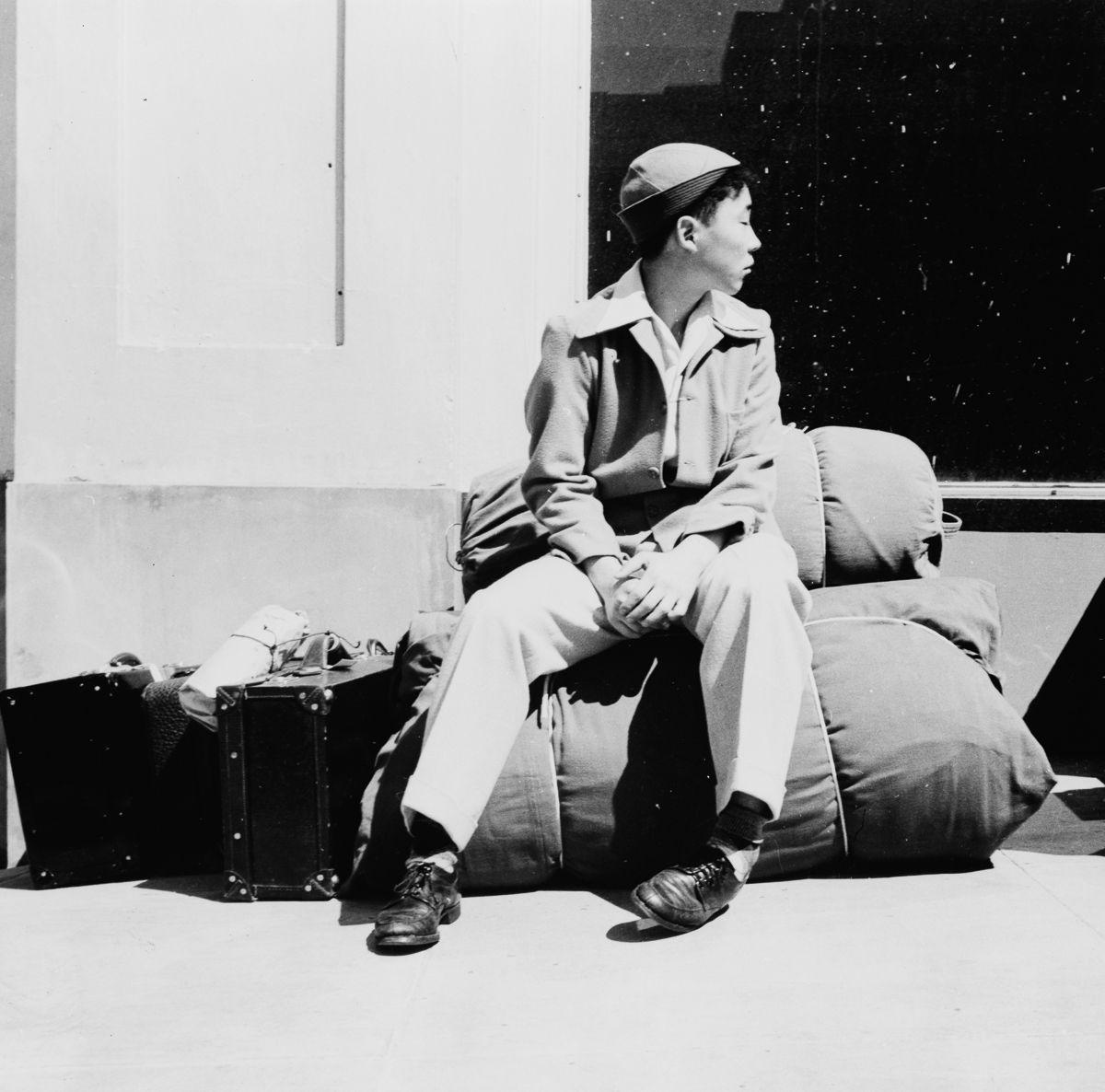 Cenas comoventes de nipo-americanos sendo levados para campos de concentração em 1942 13