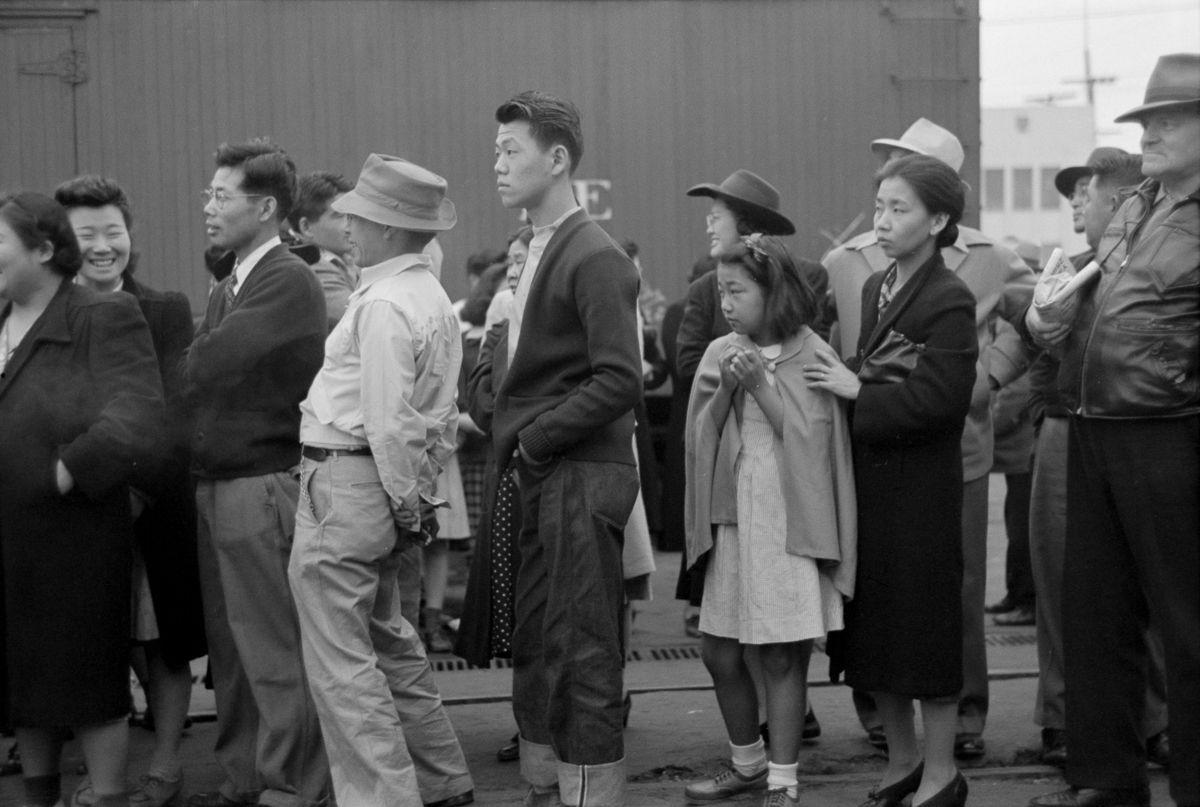 Cenas comoventes de nipo-americanos sendo levados para campos de concentração em 1942 16