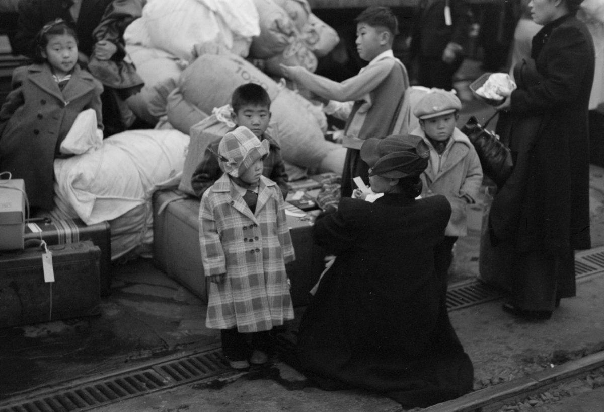 Cenas comoventes de nipo-americanos sendo levados para campos de concentração em 1942 17