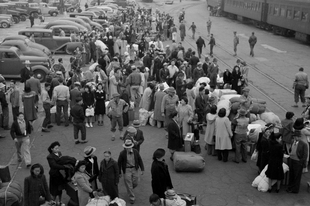 Cenas comoventes de nipo-americanos sendo levados para campos de concentração em 1942 18