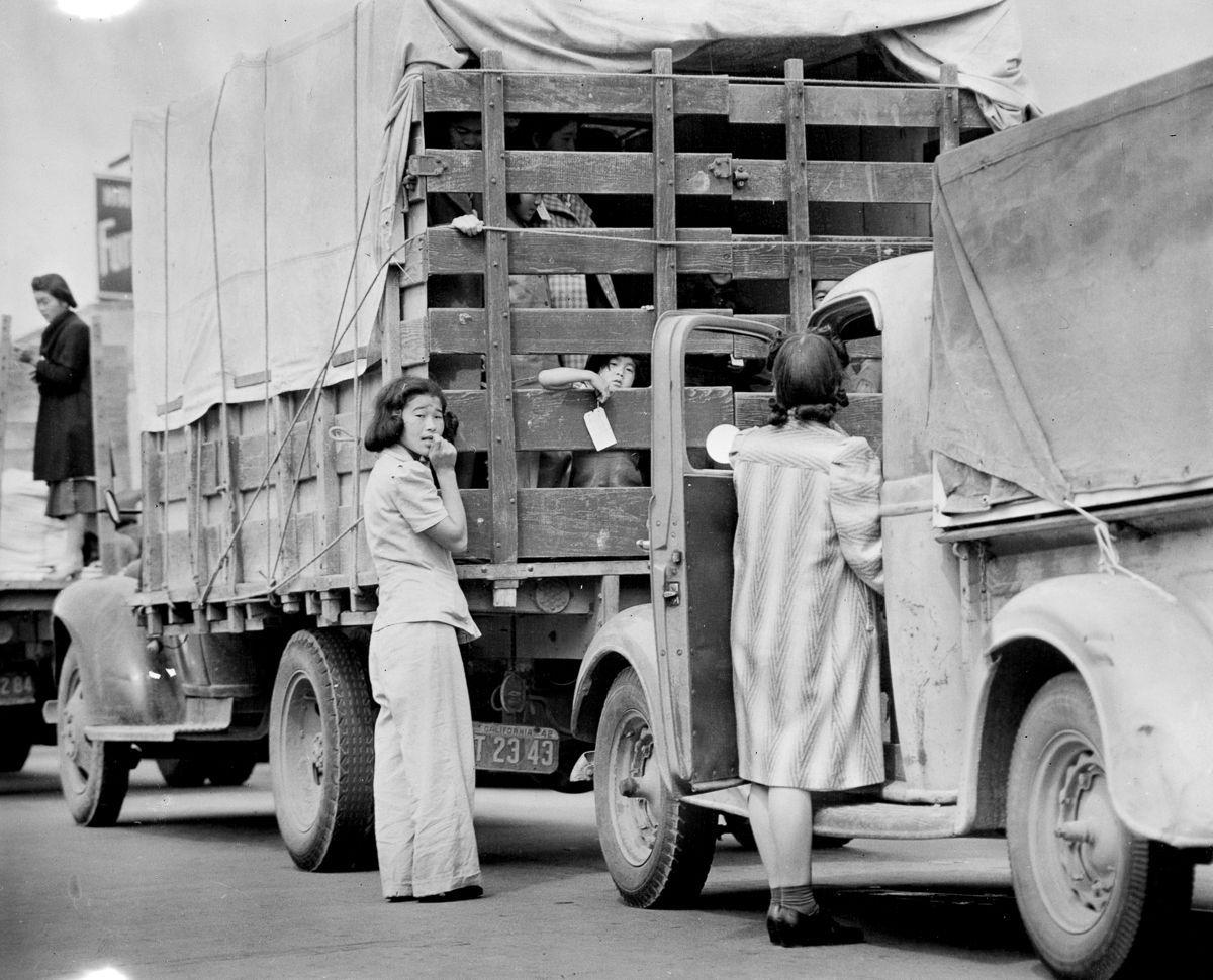 Cenas comoventes de nipo-americanos sendo levados para campos de concentração em 1942 20