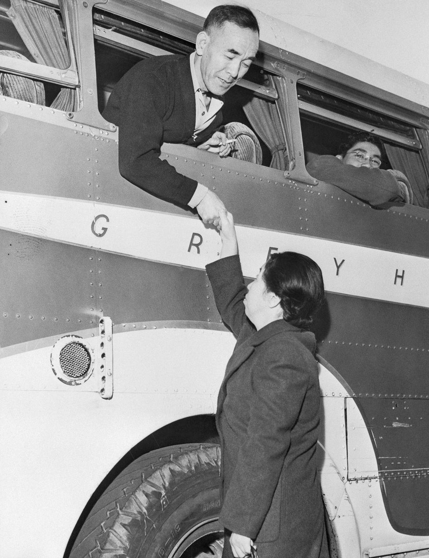 Cenas comoventes de nipo-americanos sendo levados para campos de concentração em 1942 21