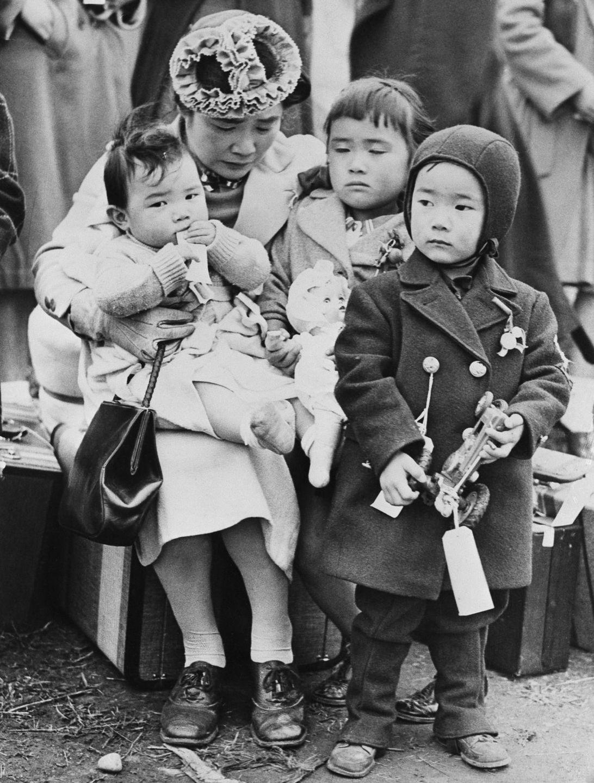 Cenas comoventes de nipo-americanos sendo levados para campos de concentração em 1942 24