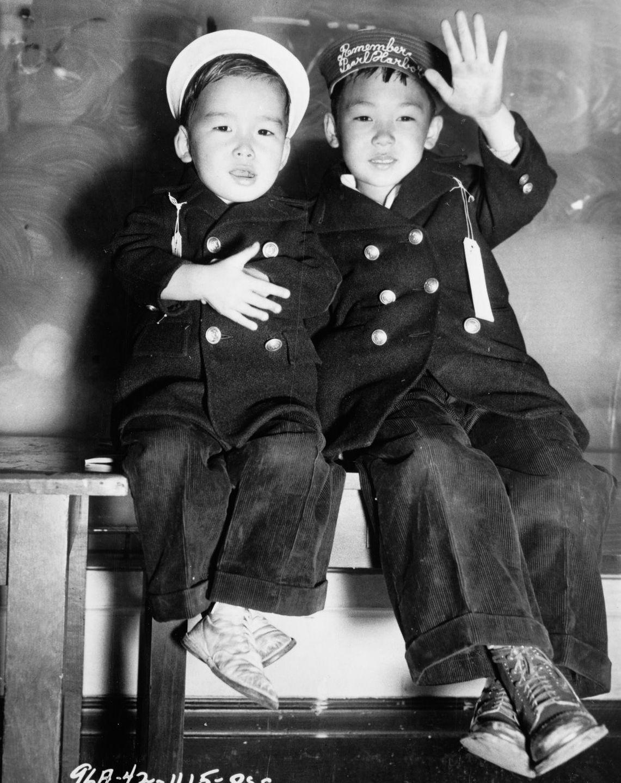 Cenas comoventes de nipo-americanos sendo levados para campos de concentração em 1942