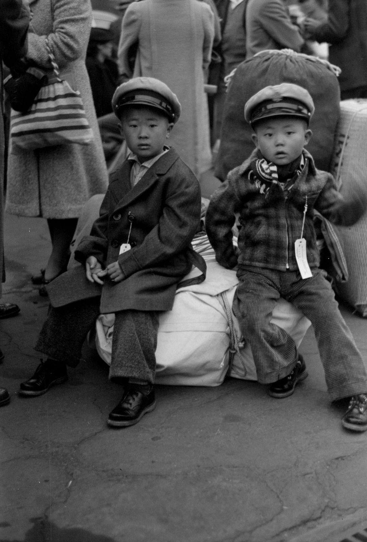 Cenas comoventes de nipo-americanos sendo levados para campos de concentração em 1942 26
