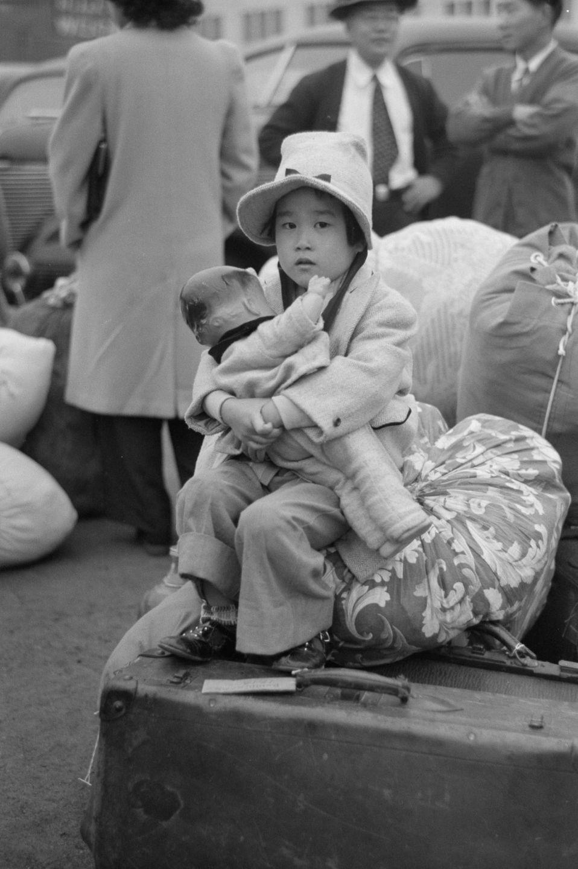 Cenas comoventes de nipo-americanos sendo levados para campos de concentração em 1942 27