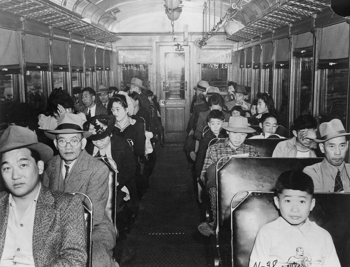Cenas comoventes de nipo-americanos sendo levados para campos de concentração em 1942 28