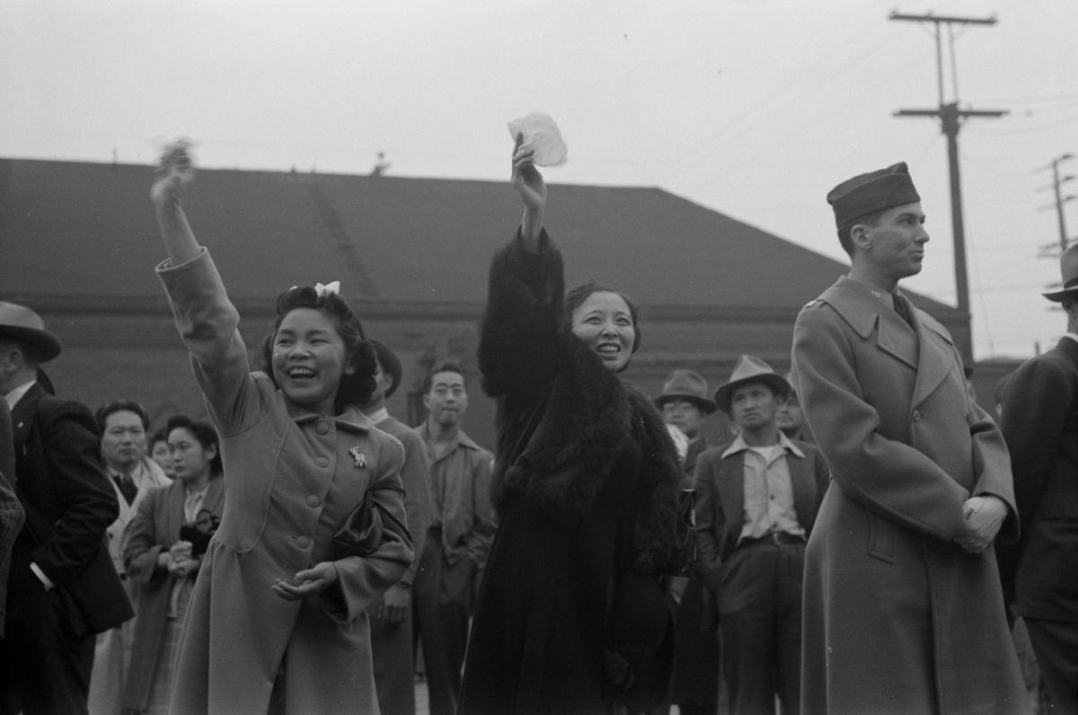 Cenas comoventes de nipo-americanos sendo levados para campos de concentração em 1942 29