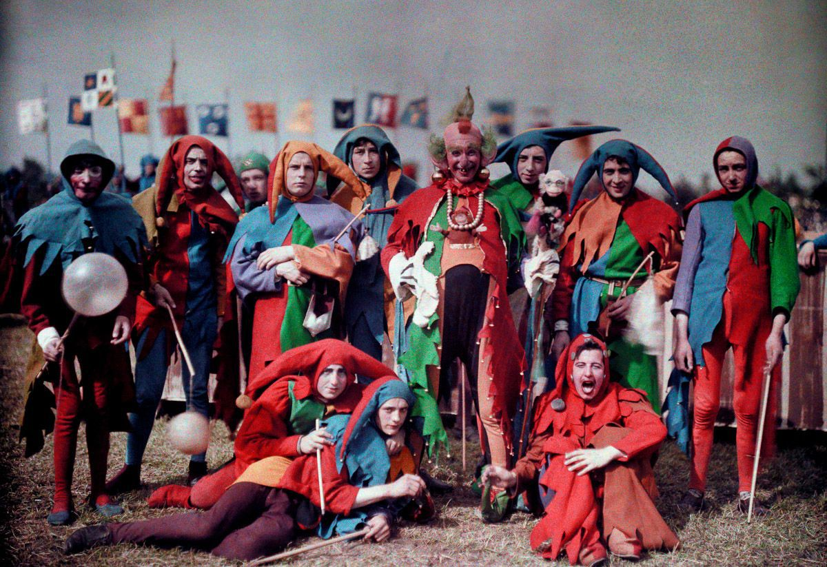 Este festival de 1936 de Joana d'Arc tinha cosplays muito bons inclusive para a atualidade 01