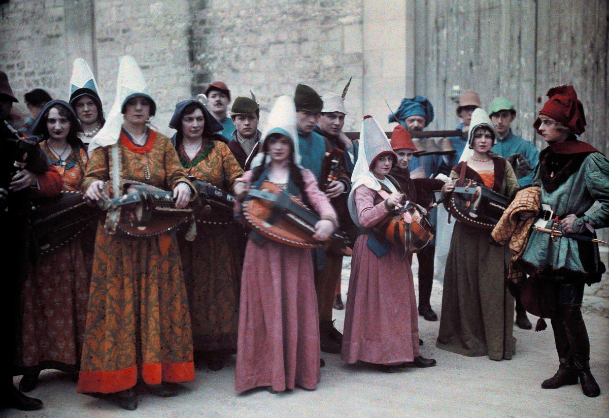 Este festival de 1936 de Joana d'Arc tinha cosplays muito bons inclusive para a atualidade 02