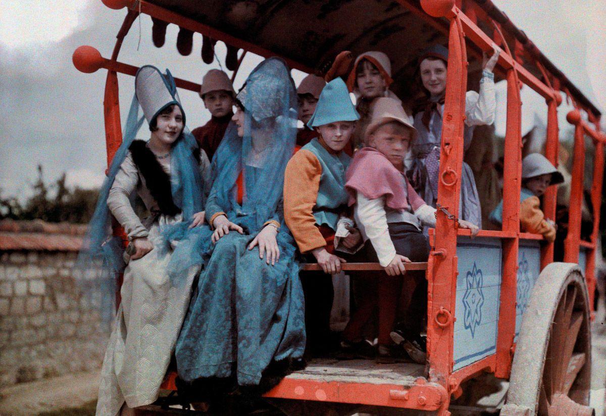 Este festival de 1936 de Joana d'Arc tinha cosplays muito bons inclusive para a atualidade 03