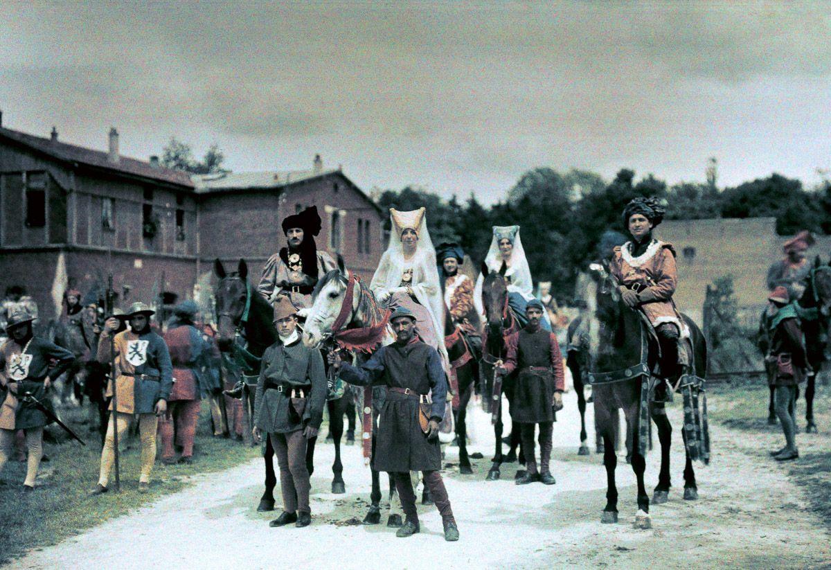 Este festival de 1936 de Joana d'Arc tinha cosplays muito bons inclusive para a atualidade 04