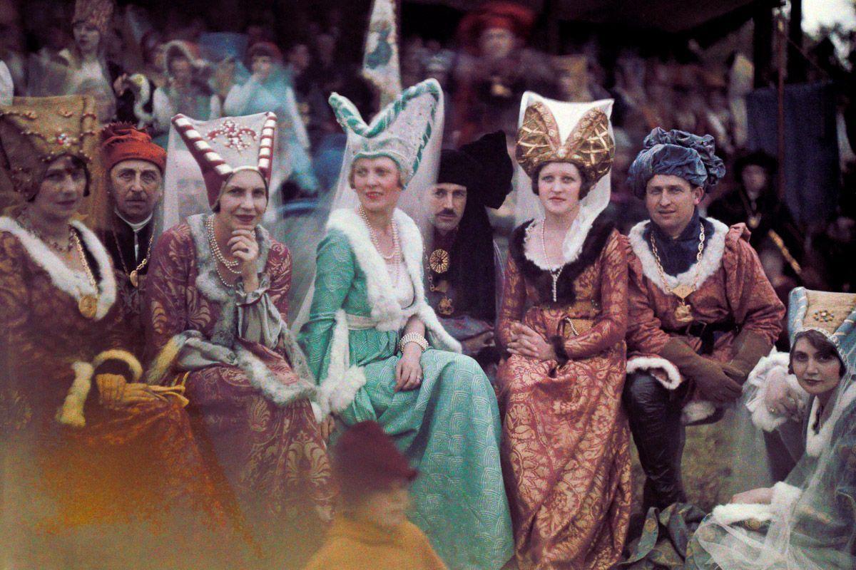 Este festival de 1936 de Joana d'Arc tinha cosplays muito bons inclusive para a atualidade 06