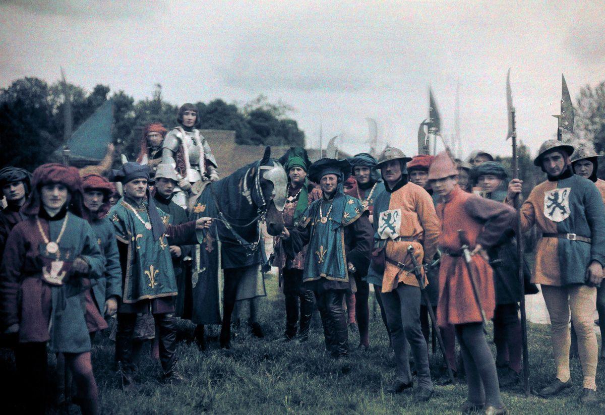 Este festival de 1936 de Joana d'Arc tinha cosplays muito bons inclusive para a atualidade 07