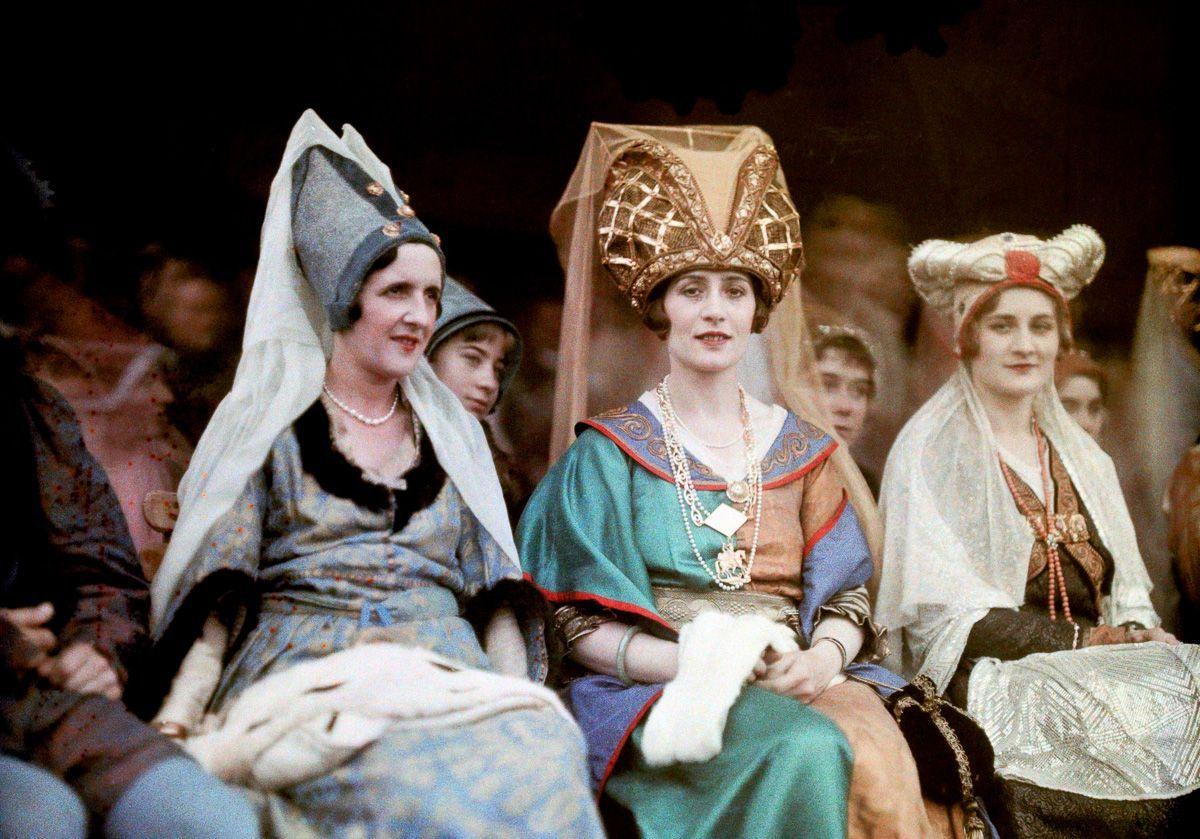 Este festival de 1936 de Joana d'Arc tinha cosplays muito bons inclusive para a atualidade 08