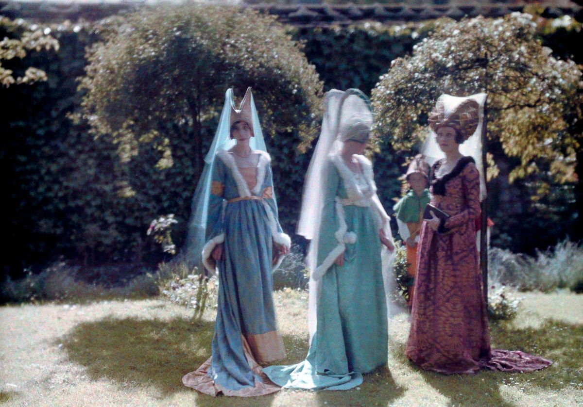 Este festival de 1936 de Joana d'Arc tinha cosplays muito bons inclusive para a atualidade 09