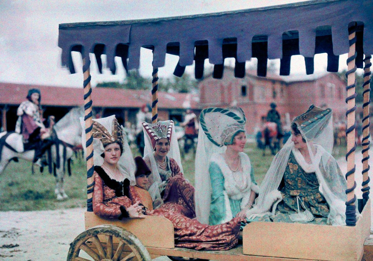Este festival de 1936 de Joana d'Arc tinha cosplays muito bons inclusive para a atualidade 10