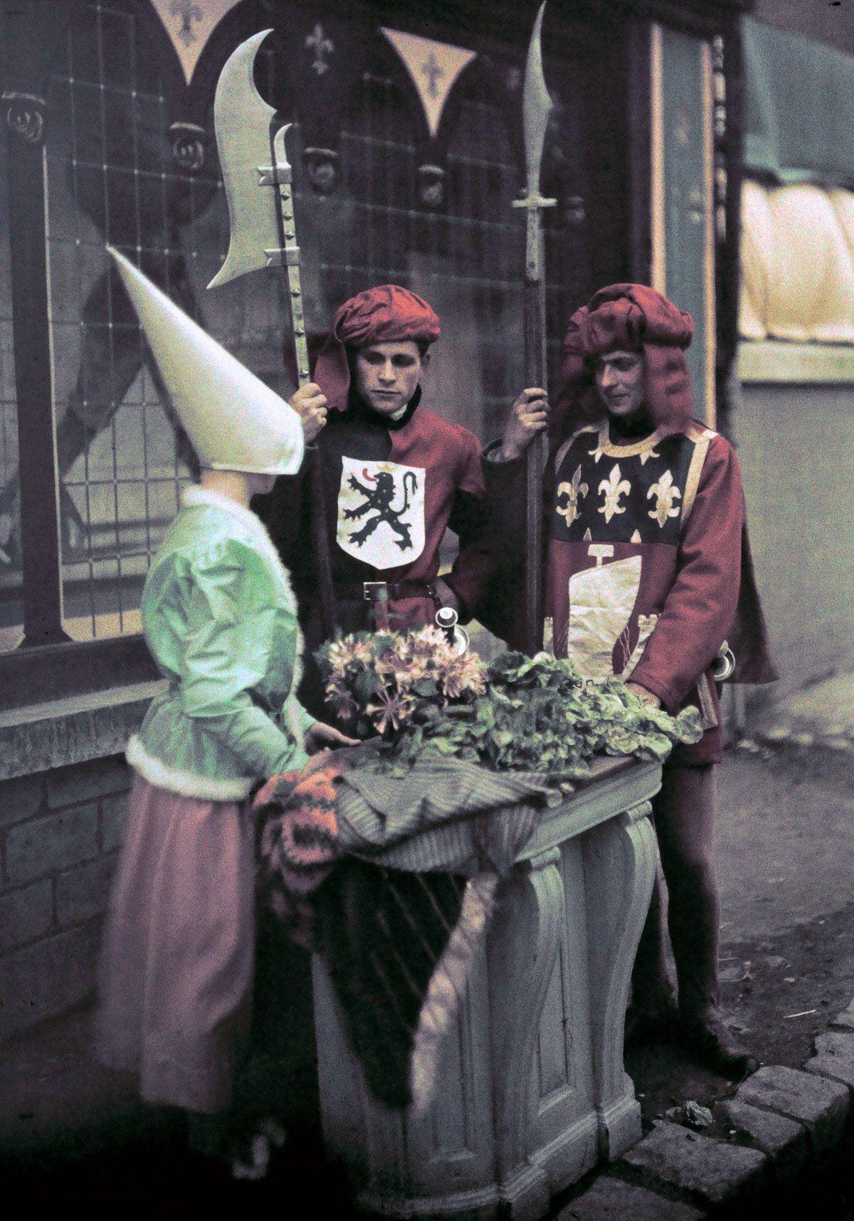 Este festival de 1936 de Joana d'Arc tinha cosplays muito bons inclusive para a atualidade 11