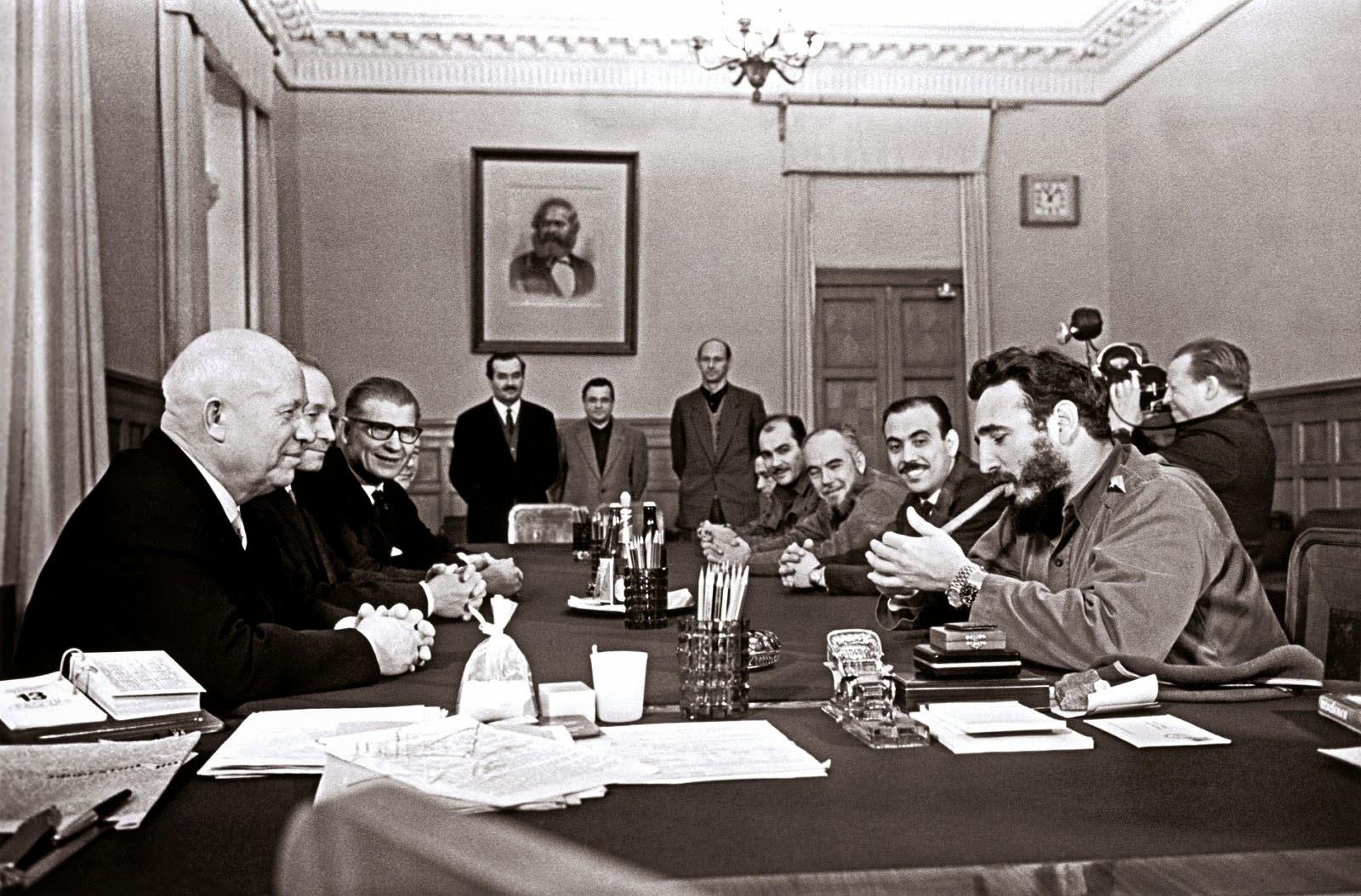 Fidel Castro fumando um charuto e usando dois Rolex durante uma reunião com Khrushchov, em 1963