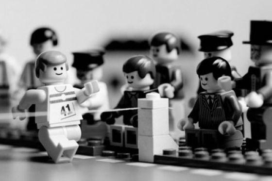Fotografias que contam história transladadas ao Lego 11