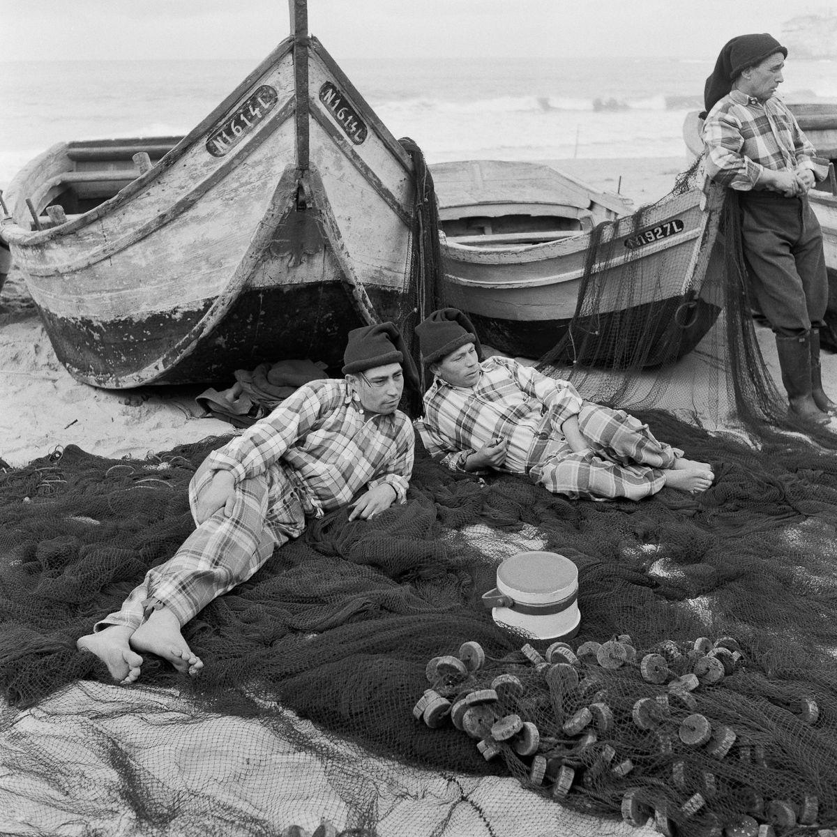 Fotografias deslumbrantes capturam a cultura da pesca dos anos 50 em Portugal 01