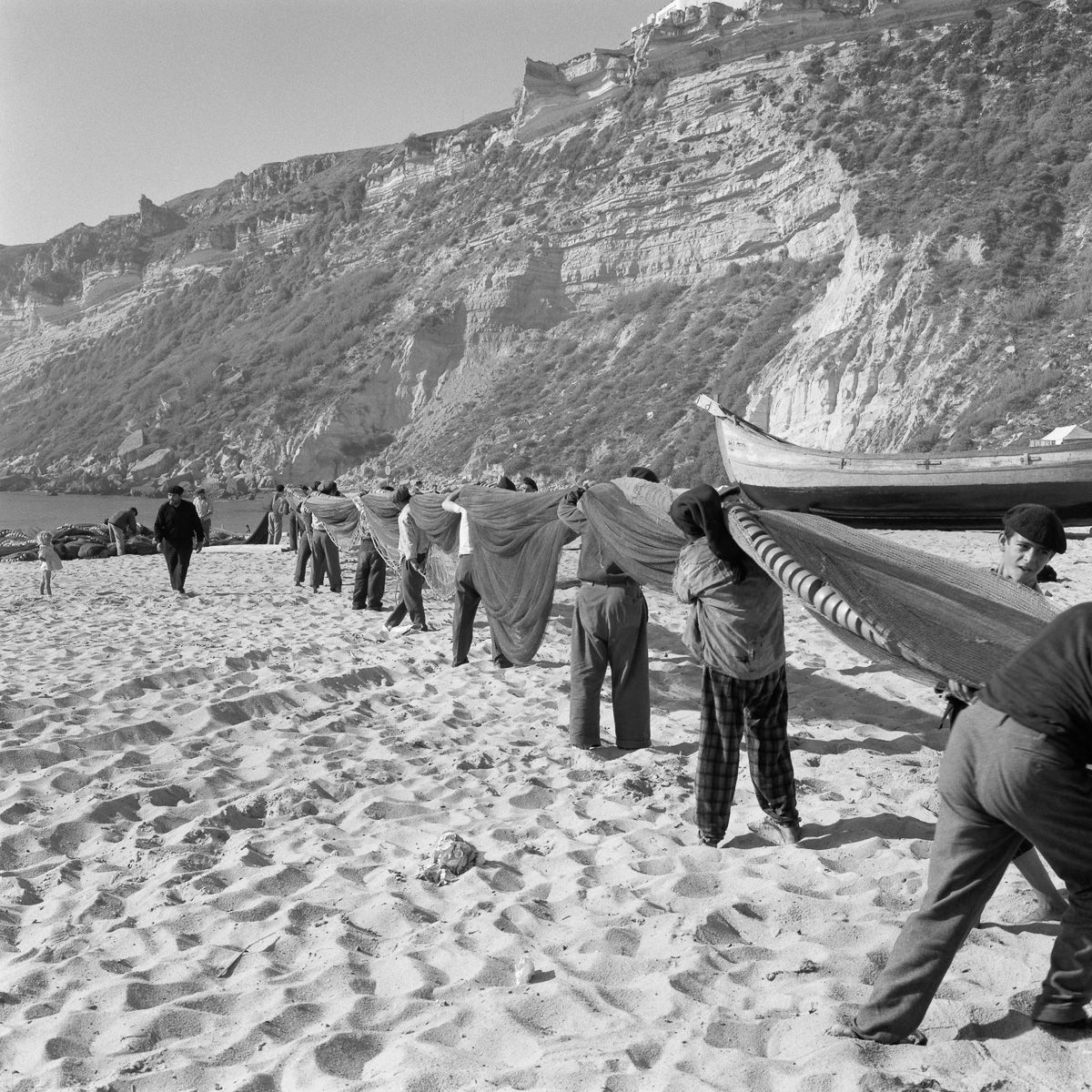 Fotografias deslumbrantes capturam a cultura da pesca dos anos 50 em Portugal 27