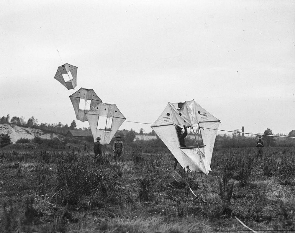 Na Primeira Guerra Mundial desenvolveram pipas de içamento para que homens pudessem fazer reconhecimento aéreo 05