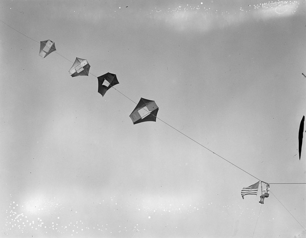 Na Primeira Guerra Mundial desenvolveram pipas de içamento para que homens pudessem fazer reconhecimento aéreo 11