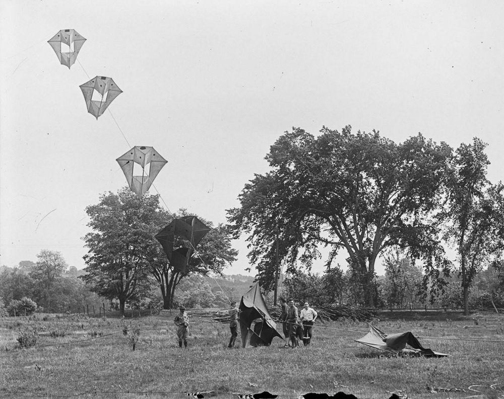 Na Primeira Guerra Mundial desenvolveram pipas de içamento para que homens pudessem fazer reconhecimento aéreo 13