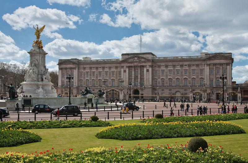 O menino que viveu um ano escondido no Palácio Real e roubou as calçolas da rainha (duas vezes)